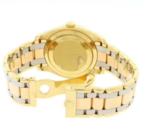 The bracelet of this Rolex is made of three precious metal: yellow gold, rose gold and white gold.