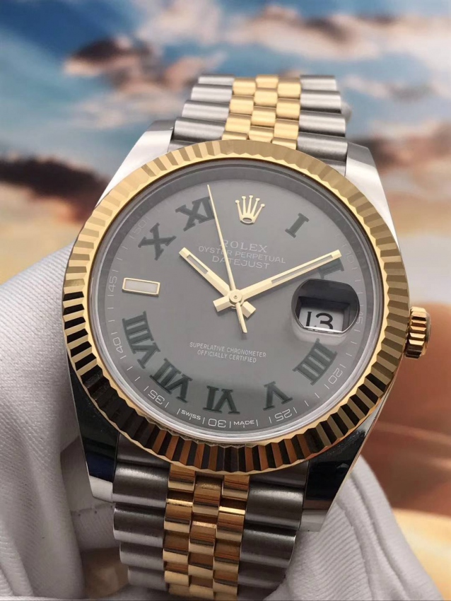 The green Roman numerals hour markers make the fake Rolex more elegant.