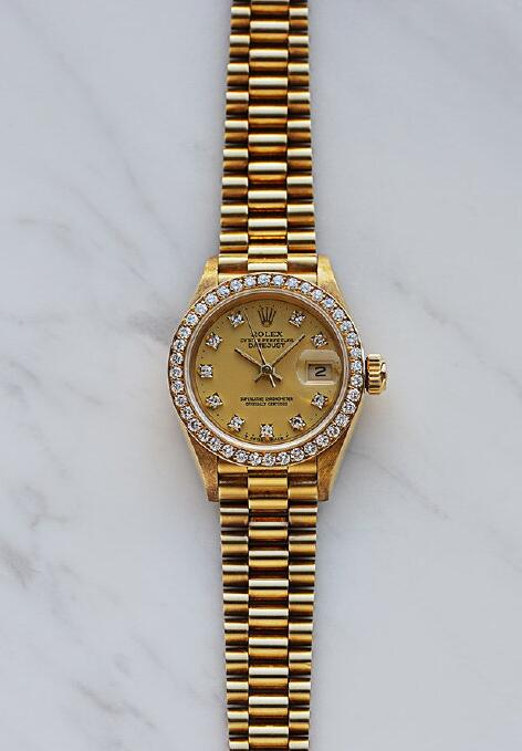 Best Rolex fake watches adopt the luxury gold material.